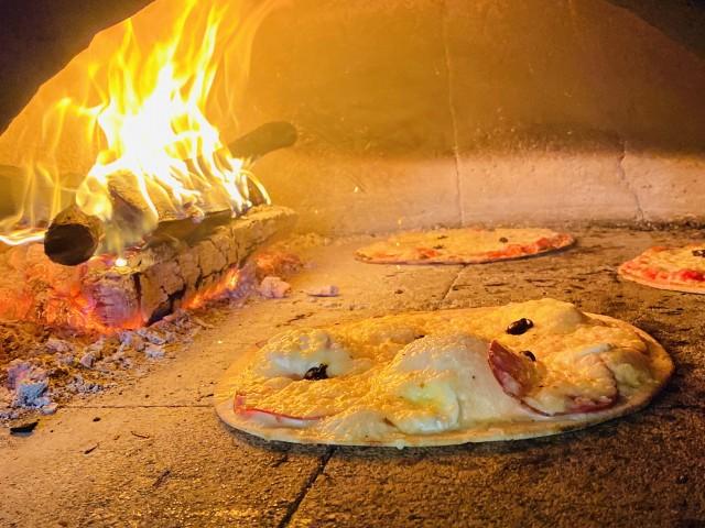 Les Terrasses de Bonnieux Pizza dans le four a bois